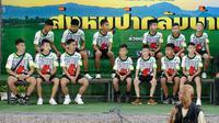 12 anak laki-laki dan pelatih sepak bola mereka, yang diselamatkan dari gua banjir di Thailand muncul di depan umum untuk pertama kalinya sejak keluar dari rumah sakit di Chiang Rai, Rabu (18/7). Mereka menceritakan pengalaman mereka. (AP/Vincent Thian)
