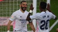 Penyerang Real Madrid, Karim Benzema, merayakan golnya ke gawang Eibar pada laga La Liga 2020/2021. (AFP/Gabriel Bouys)