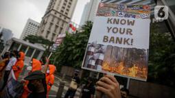 Sejumlah orang tergabung dari masyarakat sipil menggelar aksi di depan Gedung MUFG, Jakarta, Selasa Senin (5/4/2021). Dalam aksinya mereka menuntut Bank MUFG dan Danamon bertanggung jawab terhadapat kerusakan Hutan, Krisis Iklim dan Pelanggaran HAM di Indonesia. (Liputan6.com/Faizal Fanani)