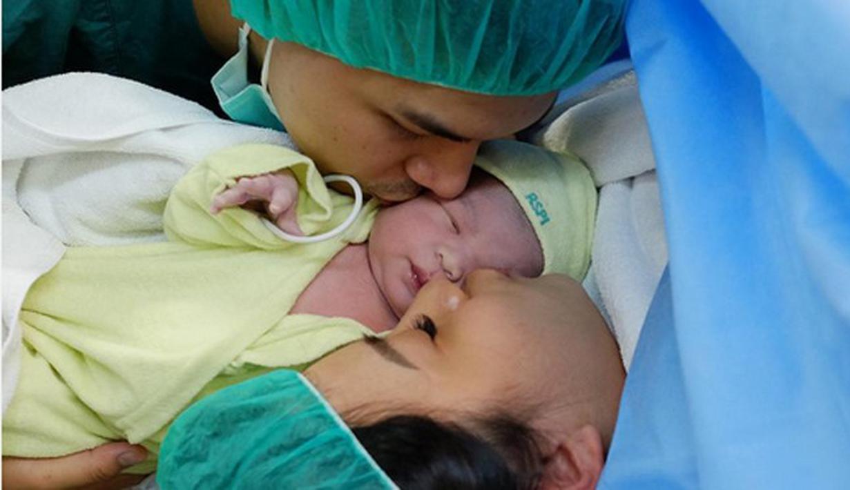 Tepat pada pukul 09 tanggal 09 bulan 09 tahun 2016 Chelsea Olivia melahirkan anak pertamanya. Kabar bahagia itu dikabarkan melalui akun instagram Glenn Alinskie. (dok. Instagram/glennalinskie)