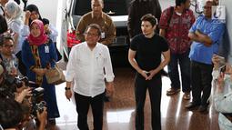 Menkominfo Rudiantara menerima kunjungan pendiri sekaligus CEO Telegram, Pavel Durov setibanya di Kemenkominfo, Jakarta, Selasa (1/8). Kunjungan ini berhubungan dengan pemblokiran 11 Domain Name System (DNS) situs web Telegram. (Liputan6.com/Angga Yuniar)