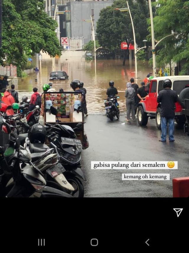 Anya Geraldine membagikan informasi dirinya terkena dampak banjir di Kemang, Jakarta Selatan (Instagram Stories)