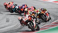 Pembalap LCR Honda, Takaaki Nakagami, saat beraksi pada MotoGP Austria di Sirkuit Red Bull Ring, Minggu (16/8/2020). Dovizioso finis pertama dengan catatan waktu 28 menit 20,853 detik. (AFP/Joe Klamar)