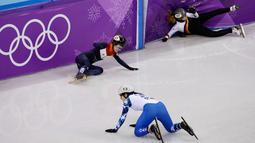 Atlet Jerman Anna Seidel, atlet Belanda Yara Van Kerkhof dan atlet Rusia Sofia Prosvirnova mengalami tabrakan saat mengikuti balapan skating trek pendek 1000 meter di Olimpiade Musim Dingin 2018 di Gangneung, Korea Selatan (20/2). (AP Photo / Morry Gash)