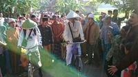 Keluarga dan Tetangga di Kebumen melepas keberangkatan dua pria setengah baya yang berangkat haji bersepeda ontel. (Foto: Liputan6.com/Facebook/Muhamad Ridlo)