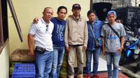Aremania yang diwakili Achmad Ghozali, Lukman, Cak No, Handi Kristanto, dan Bambang Suliswanto melapor ke Polres Kota Malang, Sabtu (22/12/2018). (Bola.com/Iwan Setiawan)