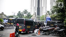 Sejumlah motor disiapkan untuk pengamanan terkait pemeriksaan Rizieq Shihab di Polda Metro Jaya, Jakarta, Senin (7/12/2020).  Habib Rizieq akan diperiksa sebagai saksi terkait kasus kerumunan di Petamburan, Jakarta Pusat. (Liputan6.com/Faizal Fanani)