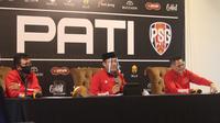 Pelatih kepala PSG Pati Ibnu Grahan (kiri), owner Saiful Arifin (tengah) dan manajer Doni Setiabudi pada launching PSG Pati di The Safin Hotel, Sabtu (26/12/2020).