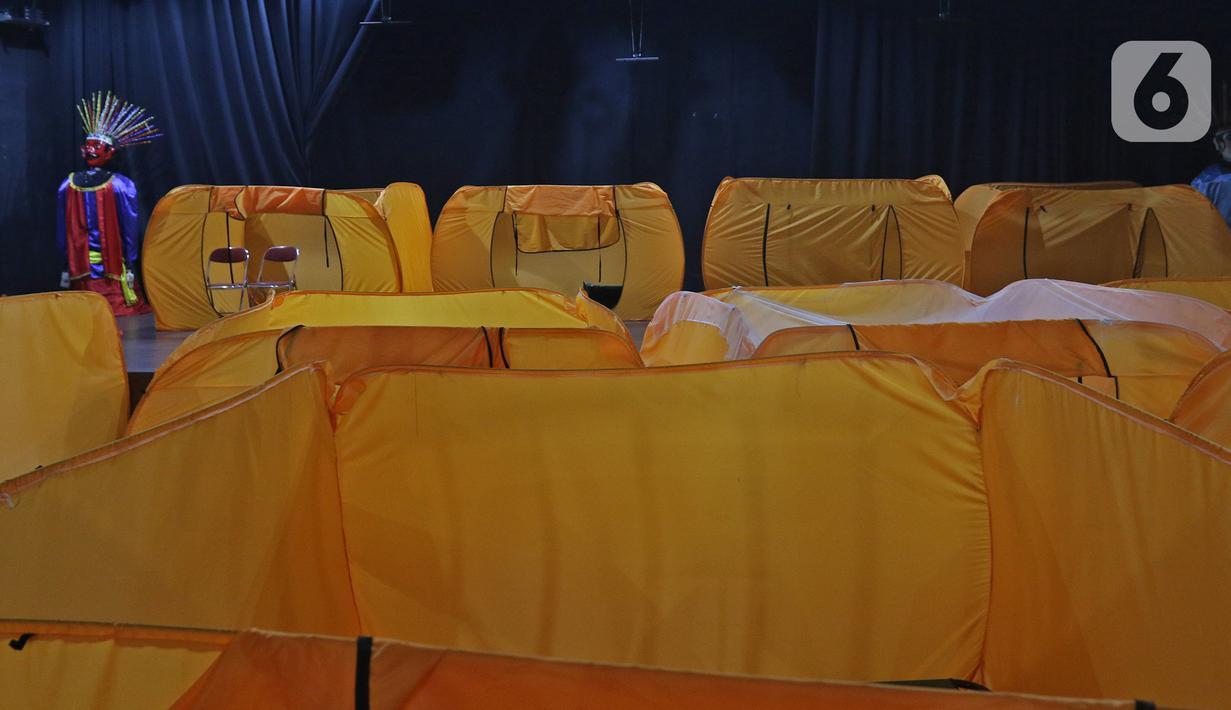 Kondisi tempat isolasi pasien COVID-19 di Gedung Balai Latihan Kesenian, Jalan KH Mas Mansyur, Jakarta Pusat, Kamis (21/1/2021). Pemkot Jakpus menyediakan gedung kesenian untuk dijadikan tempat isolasi pasien Orang Tanpa Gejala (OTG) seiring meningkatnya kasus corona. (Liputan6com/Herman Zakharia)