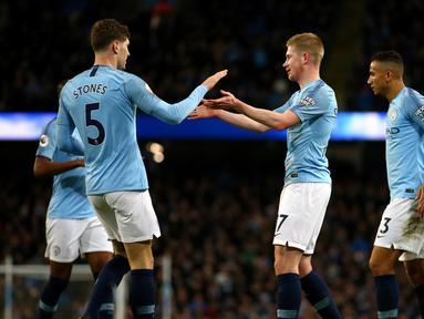 Pemain Manchester City merayakan gol mereka ke gawang Wolverhampton Wanderers dalam pekan ke-22 Premier League di Stadion Etihad, Manchester, Senin (14/1). City menang 3-0 dan berada di posisi dua klasemen membayangi Liverpool. (AP Photo/Dave Thompson)