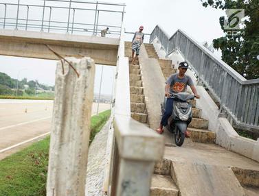 Berbahaya, JPO di Tol Cijago jadi Tempat Penyeberangan Motor