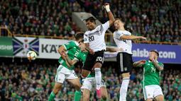 Gelandang dan bek Jerman, Serge Gnabry (tengah) dan Matthias Ginter (dua kanan) menyundul bola udara saat menghadapi Irlandia Utara dalam kualifikasi Euro 2020 di Windsor Park, Belfast, Senin (9/9/2019). Jerman mengalahkan Irlandia Utara 2-0. (Paul Faith/AFP)