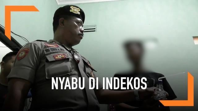 Polisi lakukan razia indekos di siang hari bulan Ramadan. Hasilnya, petugas temukan beberapa pasangan bukan suami istri dalam kamar. Dua pasangan di antaranya kepergok sedang konsumsi sabu.