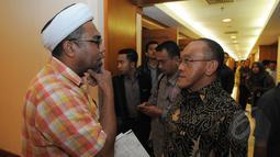 Ali Mochtar Ngabalin berbincang dengan Aburizal Bakrie, Jakarta, Selasa (10/3/2015).Ical berencana menggugat putusan Menhukham ke PTUN. (Liputan6.com/Herman Zakharia)