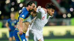 Bek timnas Inggris, Tyrone Mings, berebut bola dengan pemain Timnas Kosovo, Atdhe Nuhiu pada laga Grup A kualifikasi Piala Eropa 2020 di Fadil Vokrri Stadium, Minggu (17/11/2019).  Timnas Inggris mampu meraih kemenangan telak 4-0 atas timnas Kosovo. (AP/Visar Kryeziu)