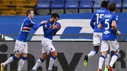 Striker Sampdoria, Antonio Candreva (kedua dari kanan) melakukan selebrasi usai mencetak gol pertama timnya ke gawang Inter Milan dalam laga lanjutan Liga Italia 2020/21 pekan ke-16 di Luigi Ferrari Stadium, Rabu (6/1/2021). Sampdoria menang 2-1 atas Inter Milan. (AFP/Marco Bertorello)