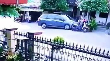 Pengemudi mobil wanita tabrak motor yang tengah parkir