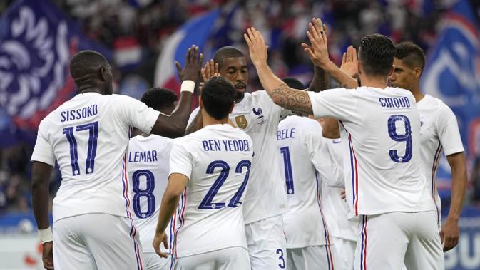 Para pemain Prancis merayakan gol yang dicetak oleh Olivier Giroud ke gawang Bulgraria pada laga uji coba terakhir jelang Euro 2020 di Stade de France, Rabu (9/6/2021). Prancis menang dengan skor 3-0. (AP/Francois Mori)