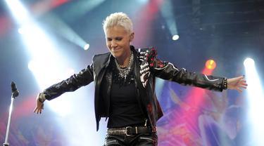 Penampilan vokalis grup band Roxette Marie Fredriksson saat konser di Berlin, Jerman, 11 Juni 2011. Marie Fredriksson meninggal dunia pada 9 Desember 2019. (Britta Pedersen/dpa/AFP)