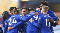 Para pemain Chelsea merayakan gol yang dicetak oleh Hakim Ziyech ke gawang Burnley pada laga Liga Inggris di Stadion Turf Moor, Sabtu (31/10/2020). Chelsea menang dengan skor 3-0. (Alex Livesey/Pool via AP)