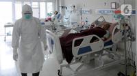Paramedis saat merawat pasien COVID-19 di Ruang ICU RSUD Kota Bogor, Jawa Barat, Jumat (18/6/2021). Kepedulian paramedis terhadap pasien tetap mereka lakukan walau jumlah pasien COVID-19 terus bertambah. (merdeka.com/Arie Basuki)