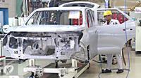 Pekerja saat menyelesaikan produksi mobil di pabrik Toyota, Jawa Barat (Liputan6.com/Immanuel Antonius)