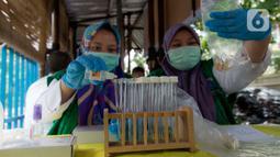Petugas Laboratorium Kesehatan Daerah Provinsi DKI Jakarta menguji sampel jenis makanan pedagang kaki lima (PKL) binaan di Bundaran HI, Jakarta, Rabu (27/11/2019). Pengambilan sampel ini untuk memeriksa makanan yang mengandung bahan kimia seperti boraks dan formalin. (merdeka.com/Imam Buhori)