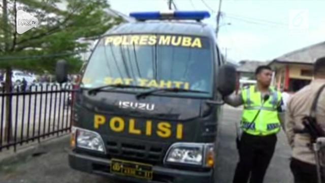 Seorang bapak empat anak warga kabupaten Musi Banyuasin, Sumatera Selatan, menghunuskan senjata tajam badik mencari-cari kapolres dan anggota Polres Musi Banyuasin.