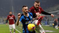 Penyerang AC Milan, Ante Rebic berebut bola dengan gelandang Inter Milan, Marcelo Brozovic pada laga pekan ke-23 Serie A di Giuseppe Meazza, Minggu (9/2/2020). Sempat tertinggal, Inter Milan sukses mengemas kemenangan 4-2 dari rival sekota AC Milan. (AP/Antonio Calanni)