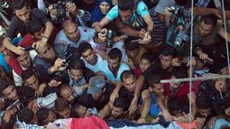 Pelayat membawa jasad perawat Palestina, Razan Najjar saat pemakamannya di Kota Khan Younis, Jalur Gaza Selatan, Sabtu (2/6). Peluru tajam yang ditembakkan tentara Israel menembus punggung Razan dan merangsek ke jantungnya. (AP Photo/Khalil Hamra)