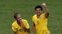 Selebrasi dua penggawa Brasil, Neymar (kiri) dan Fred, usai merobek jala gawang Kamerun di laga terakhir penyisihan Piala Dunia 2014 Grup A di Stadion Nasional Brasil, (24/6/2014). (REUTERS/David Gray