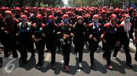 Buruh berpegangan tangan berjalan menuju Istanan Merdeka, Jakarta, Kamis (29/10/2015). Buruh menuntut agar Presiden Joko Widodo mencabut Peraturan Pemerintah Nomor 78 Tahun 2015 tentang Pengupahan. (Liputan6.com/Gempur M Surya)