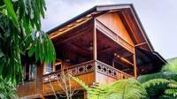 Rumah kayu etnik modern bergaya panggung karya Michael Lauw Studio. (dok. Arsitag.com/Dinny Mutiah)