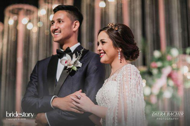 Berdiri berdampingan dengan sang suami di atas pelaminan, pasangan yang satu ini tampak pamerkan senyuman bahagia. Tasya Kamila sendiri memang tampil begitu sempurna di hari pernikahannya ini. Kalau menurut kalian bagaimana?/Copyright bridestory.com