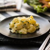 Ilustrasi salad kentang mayo./Copyright shutterstock.com/g/alpakksoy