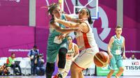 Pebasket Kazakhstan Olga Kolesnikova dihadang pemain Indonesia Priscilla Annabel, saat menggiring bola pada babak penyisihan Grup X Asian Games 2018, di Hall Basket Senayan, Jakarta, Minggu (19/8/2018). ANTARA FOTO/INASGOC/Wahyudin)