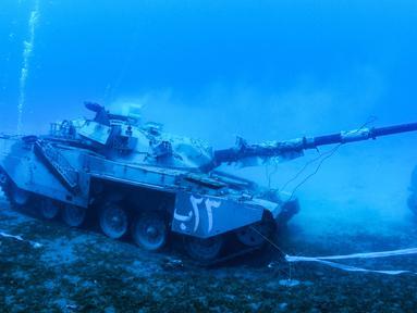 Sebuah tank tempur Angkatan Bersenjata Yordania yang tenggelam di dasar laut Laut Merah di lepas pantai kota pelabuhan selatan Aqaba, pada 23 Juli 2019. Kendaraan tempur ini menjadi bagian dari museum militer bawah laut yang baru. (Aqaba Special Economic Zone Authority / AFP)