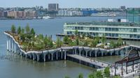 Pemandangan 'Pulau Kecil', taman umum baru dan gratis di Hudson River Park, New York City, Amerika Serikat, 21 Mei 2021. Taman yang diresmikan pada 21 Mei 2021 untuk membahagiakan warga setelah lebih dari satu tahun pandemi tersebut menghabiskan dana sebesar USD 260 juta. (Angela Weiss/AFP)