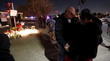 20151204-Warga Nyalakan Ribuan Lilin untuk Korban Penembakan di California-AS