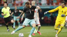 Kejadian bermula saat Marko Arnautovic mencetak gol pada menit ke-89 untuk membawa Austria unggul 3-1 atas Makedonia Utara. (Foto: AP/Pool/Robert Ghement)