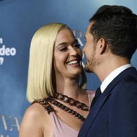 """Penyanyi Katy Perry tertawa dengan pacarnya Orlando Bloom saat menghadiri pemutaran perdana untuk serial televisi """"Carnival Row"""" di Los Angeles, California, AS (21/8/2019). Katy Perry dan Orlando Bloom tampil mesra dengan saling mencium di acara tersebut. (AP Photo/Chris Pizzello)"""