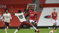 Gelandang Manchester United (MU) Paul Pogba coba diadang pemain Arsenal Thomas Partey dalam laga Liga Inggris di Old Trafford, Minggu (1/11/2020). (Shaun Botterill / Pool via AP )