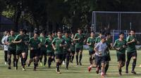 Para pemain Timnas Indonesia U-19 melakukan pemanasan saat latihan di Lapangan ABC Senayan, Jakarta, Selasa (18/9/2018). Latihan ini merupakan persiapan jelang Piala AFC U-19. (Bola.com/Vitalis Yogi Trisna)