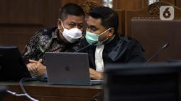 Tommy Sumardi (kiri), terdakwa perantara suap penghapusan nama Djoko Tjandra dari red notice saat menjalani sidang lanjutan di Pengadilan Tipikor, Jakarta, Selasa (24/11/2020). Sidang mendengar keterangan saksi, salah satunya Irjen (Pol) Napoleon Bonaparte. (Liputan6.com/Helmi Fithriansyah)