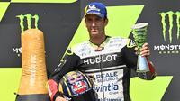 Pembalap Avintia Ducati, Johann Zarco, melakukan selebrasi usai menjuarai balapan MotoGP Republik Ceska di Sirkuit Brno, Minggu (9/8/2020). Brad Binder menjadi yang tercepat dengan catatan waktu 41 menit 38,764 detik. (AFP/Joe Klamar)