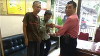 Polisi mengembalikan uang dan tas yang hilang kepada pemiliknya. (KRJogja.com/Istimewa)