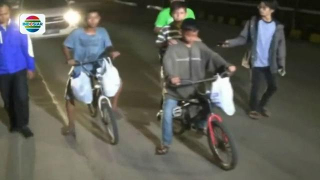 Mereka memutuskan pulang setelah satu bulan lebih tinggal di rumah nenek mereka di Palembang.