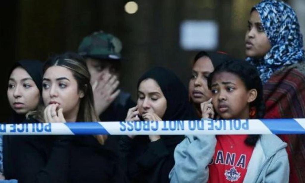 Warga menyaksikan kebakaran apartemen London. (AFP)