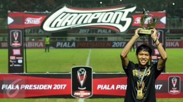 Gelandang Arema FC, Adam Alis, mengangkat trofi pemain terbaik Piala Presiden 2017.