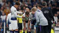 Bek Tottenham Hotspur, Jan Vertonghen mendapat perawatan setelah mengalami bertubrukan dengan Toby Alderweireld, dalam laga melawan Ajax Amsterdam, Rabu (1/4/2019) dinihari WIB. (Ian Kington/IKIMAGES/AFP)